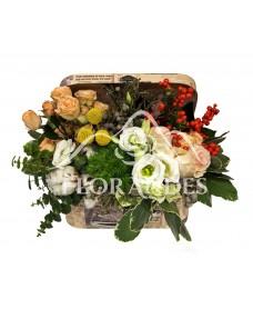 Aranjament floral minitrandafiri si ilex