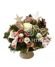 Aranjament floral trandafiri mov si brad
