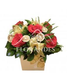 Aranjament floral trandafiri rosii si fundite