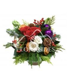 Aranjament floral trandafiri rosii si globuri