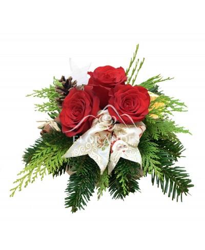 Aranjament floral trandafiri si scortisoara