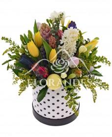 Aranjament floral cu zambile si lalele