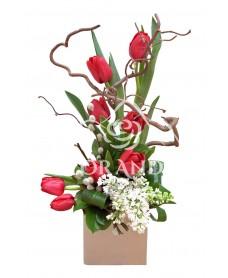 Aranjament floral liliac alb si lalele