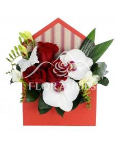 Aranjament floral cu frezii si orhidee