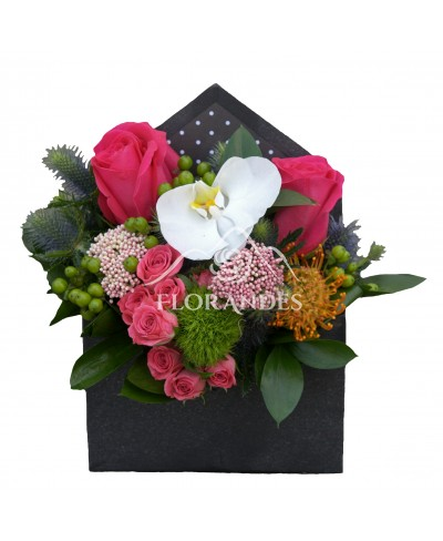 Aranjament floral cu trandafiri ciclam