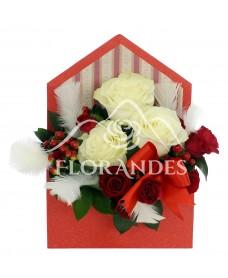 Aranjament floral cu trandafiri si minitrandafiri