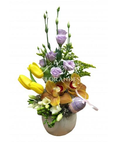 Aranjament floral lalele si orhidee