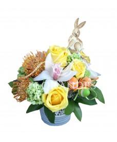 Aranjament floral trandafiri galbeni si orhidee