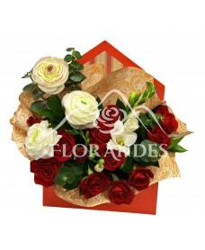 Aranjament floral cu minitrandafiri grena