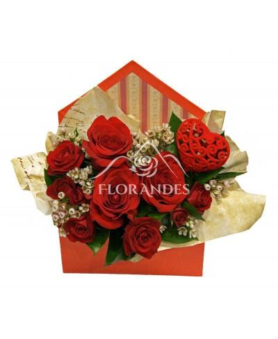 Aranjament floral cu trandafiri si wax flower
