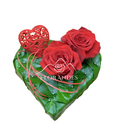 Aranjament inima cu 2 trandafiri rosii