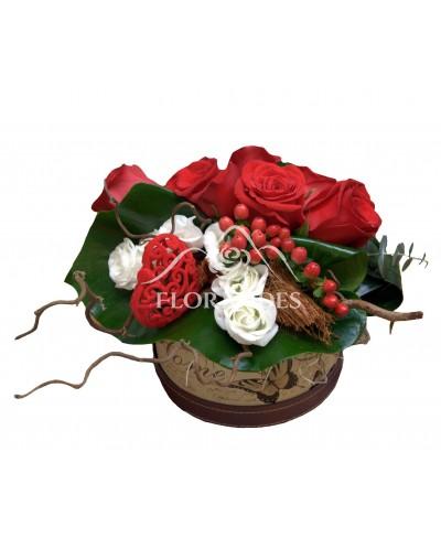 Aranjament romantic cu trandafiri rosii