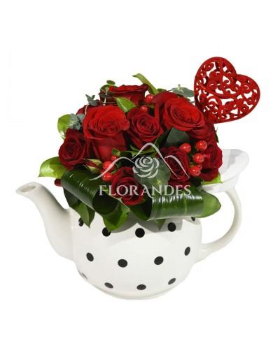 Ceainic cu trandafiri rosii si minitrandafiri