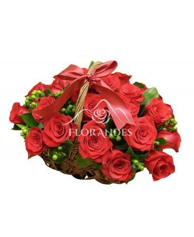 Cos 25 trandafiri rosii si hypericum