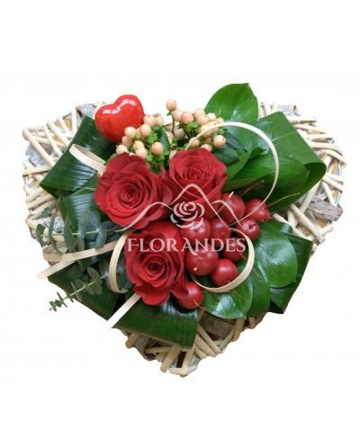 Inima cu trandafiri rosii si merisoare