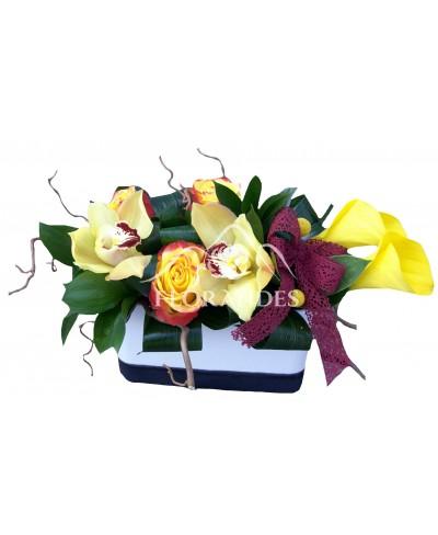 Aranjament floral cale si trandafiri
