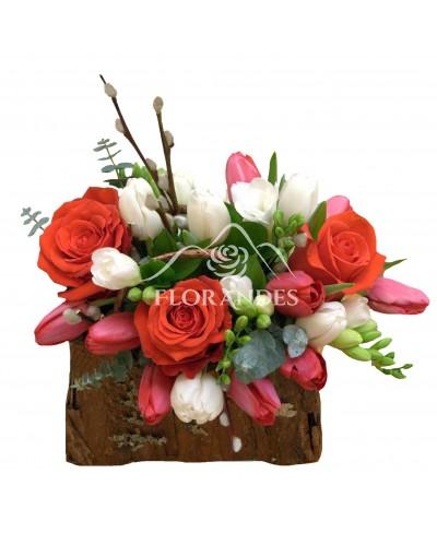 Aranjament floral trandafiri rosii si lalele