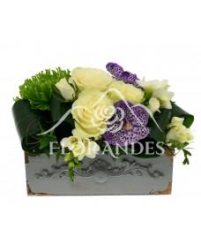 Aranjament floral cu trandafiri albi si orhidee