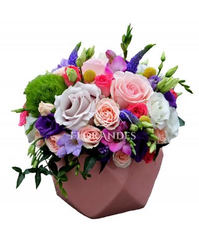 Aranjament floral cu frezii si minitrandafiri
