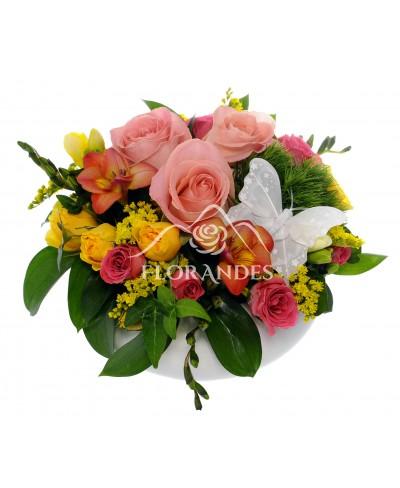 Aranjament floral cu frezii si trandafiri