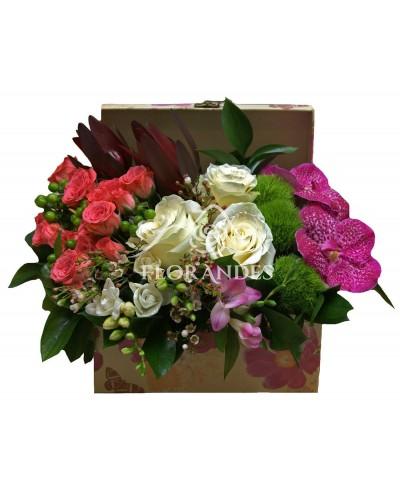Aranjament floral cu minitrandafiri si orhidee