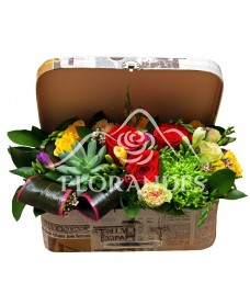 Aranjament floral cu trandafiri rosii