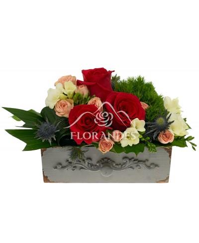 Aranjament floral cu trandafiri rosii si frezii