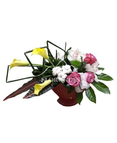 Aranjament floral trandafiri mov si cale