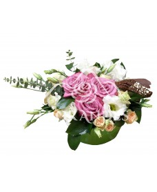 Aranjament floral trandafiri mov si lisianthus