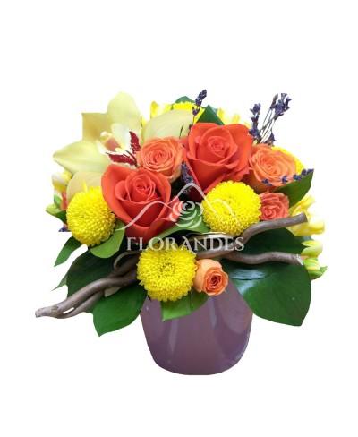 Aranjament floral trandafiri portocalii si orhidee