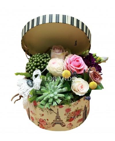 Aranjament floral vintage cu trandafiri