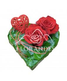 Aranjament inima 2 trandafiri rosii