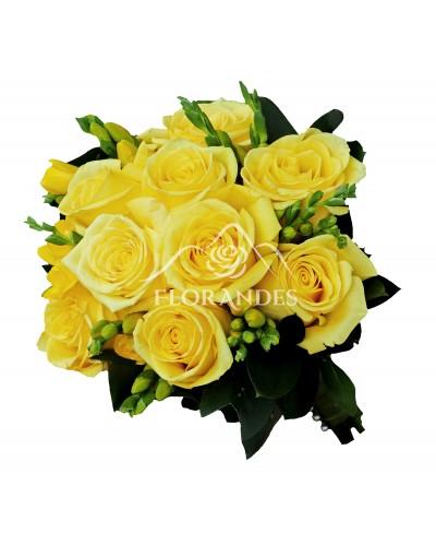 Buchet de mireasa cu trandafiri galbeni si frezii