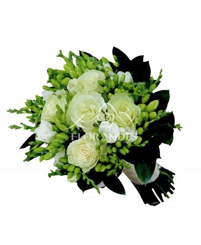Buchet de mireasa cu trandafiri si frezii albe