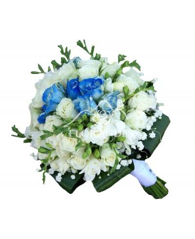 Buchet mireasa frezii albe si minitrandafiri albastri