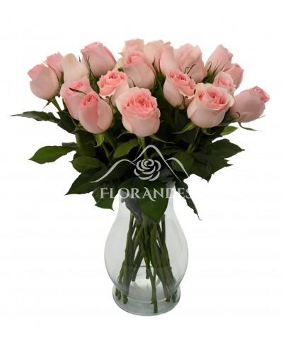 Buchet de 25 trandafiri roz pal in vaza