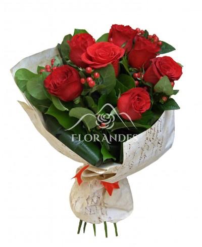 Buchet de 7 trandafiri rosii si hypericum