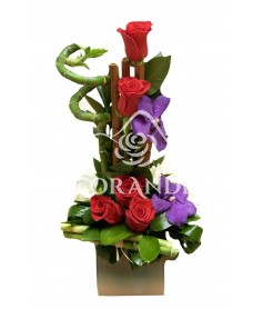 Aranjament floral orhidee mov si trandafiri