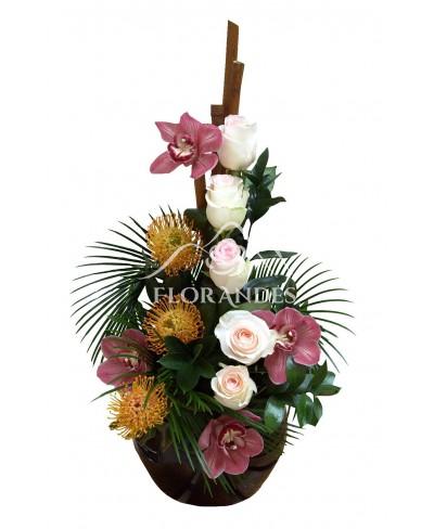Aranjament floral trandafiri roz si orhidee