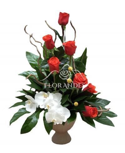 Aranjament floral trandafiri si orhidee phalaenopsis