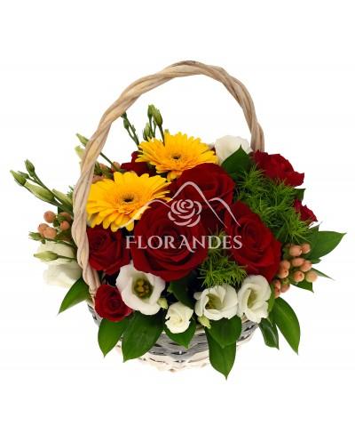 Cos cu trandafiri rosii si lisianthus