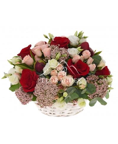 Cos cu trandafiri rosii si minitrandafiri