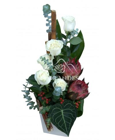 Aranjament floral exotic trandafiri albi