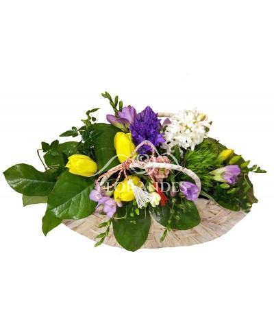 Aranjament floral cu frezii mov si zambile