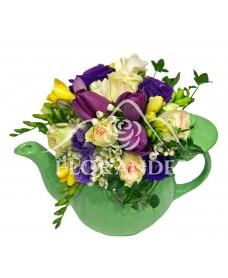 Aranjament floral cu frezii si lalele mov