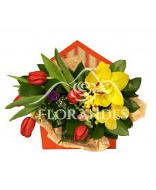 Aranjament floral cu frezii si orhidee galbena