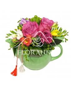 Aranjament floral cu frezii si trandafiri mov