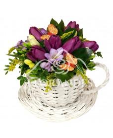 Aranjament floral cu lalele mov si frezii