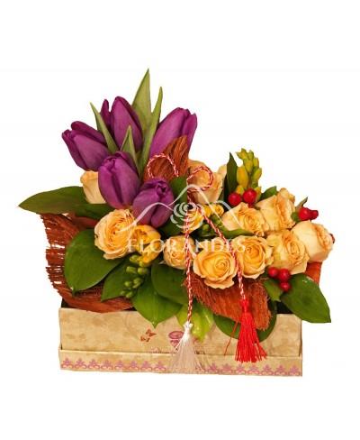 Aranjament floral cu lalele si minitrandafiri roz