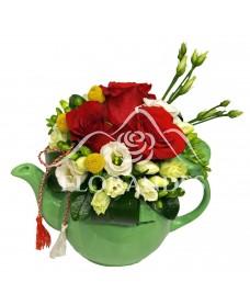 Aranjament floral cu lisianthus si trandafiri rosii